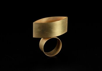 'Catoptric Ring'. Otto Künzli (*1948). Design 1988, creation 1992. Gold and mirrored glass | © Photo: Swiss National Museum